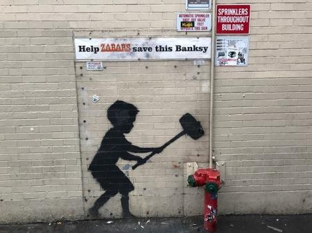 Auf einmal standen wir von einem echten Banksy.