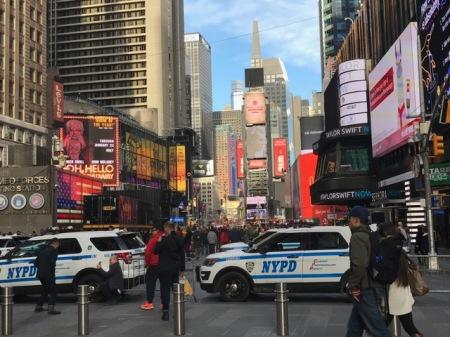 Hohe Polizeipräsens in den Straßen.