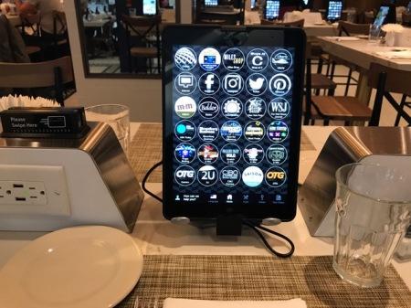 Das Display zeigt die Karte und andere Apps.