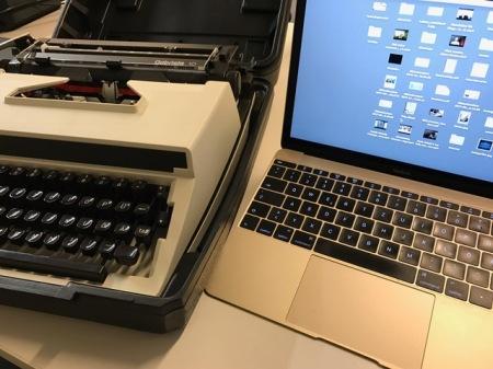 Alte und neue Arbeitsmittel : Gabriele und MacBook
