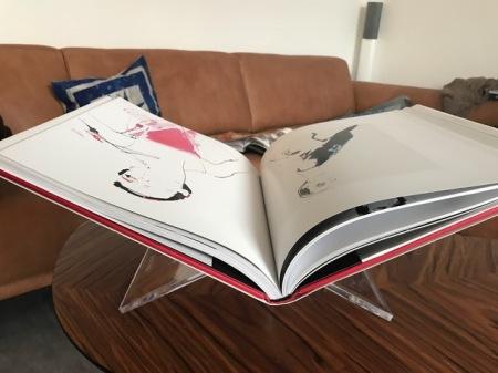Große Bücher brauchen bei mir einen Buchständer, damit ich sie lesen kann.