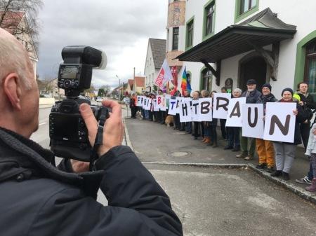 Der Pressefotograf der örtlichen SZ lichtete die Protestler ab.