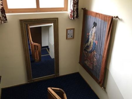 In einem Treppenaufgang des Hotels Prinz Luitpold Bads hängen Kostenberechnung Gobelins aus China.