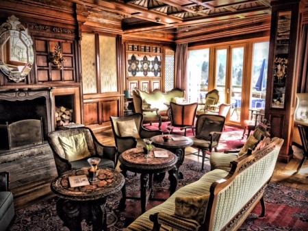 Möbel und Kunstwerke aus aller Welt sind im Hotel vereint. Die Lobby stammt u.a. Aus Schottland.