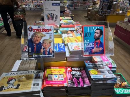 Am Hauptbahnhof in München wird das MAD-Heft angeboten.