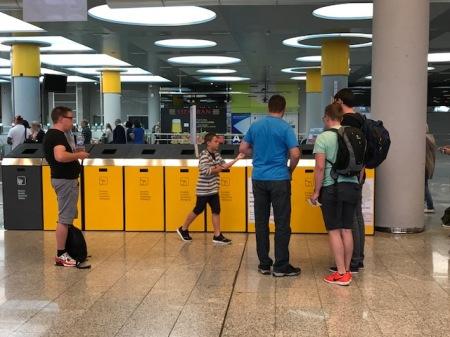 Tolle Idee am Flughafen Palma: Volle Wasserflaschen werden für die Pflanzen gesammelt.
