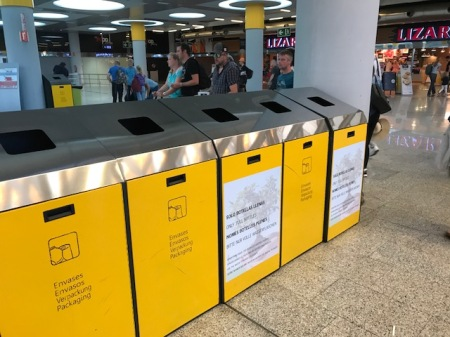 Wertstoffcontainer vor der Sicherheitskontrolle am Flughafen Palma.