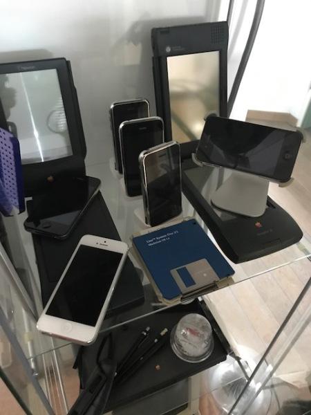 Hier stehen meine iPhones neben den Newtons.