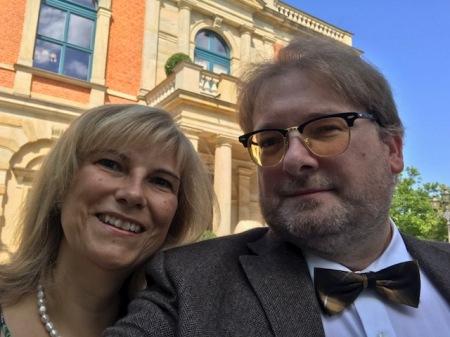 Das Selfie vor dem Festspielhaus mit Doris Ortlieb. Danke, dass sie mich begleitet, obwohl Wagner nicht so ihr Ding ist.