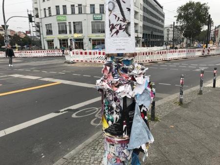 Wildes Plakatieren in Berlin.
