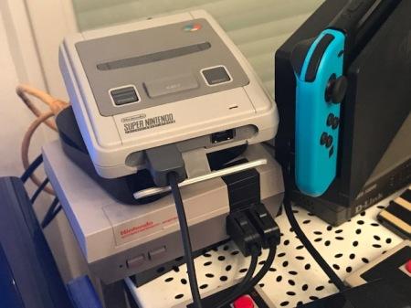 Das SNES im heimischen Betrieb - nebenan andere Nintendo-Konsolen.