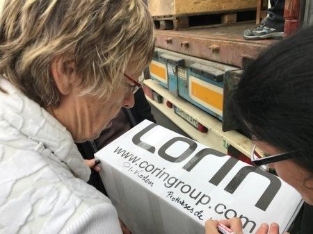 Margret Kopp beschriftet die Pakete für künstliche Hüften.