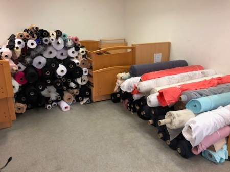 Über zwei Tonnen Stoffe für Togo mussten abgeladen und verstaut werden.