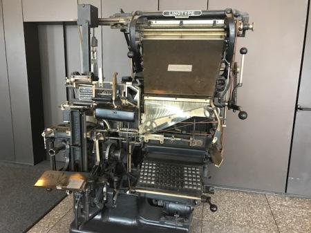 Diese Setzmaschine steht im Eingang des Nürnberger Zeitungsverlages.