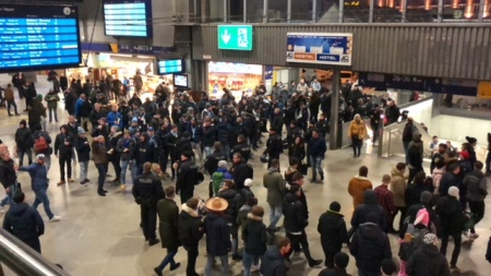 Polizei musste im Münchner Hauptbahnhof einziehen, um unter Fußballfans keine Eskalation zuzulassen.