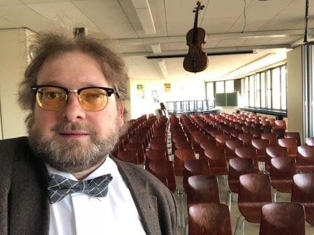 Noch ist der Saal leer, aber in einer Stunde war er voll besetzt und ich durfte über Schülerzeitungen sprechen.
