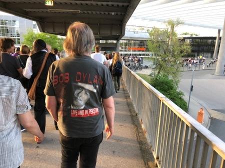 Fans auf dem Weg zur Frankenhalle, in der Bob Dylan gastiert.