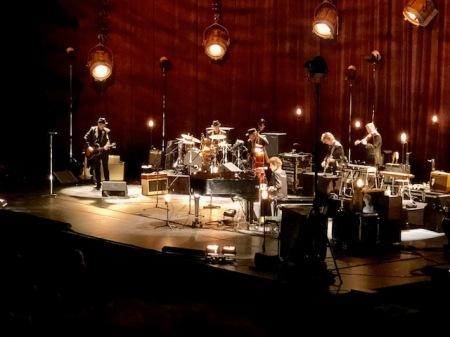 Tolle Bühne, tolle Atmosphäre und Bob Dylan in weißen Cowboystiefeln.