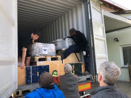 Ehrenamtliche Kräfte beladen einen Container für Togo.