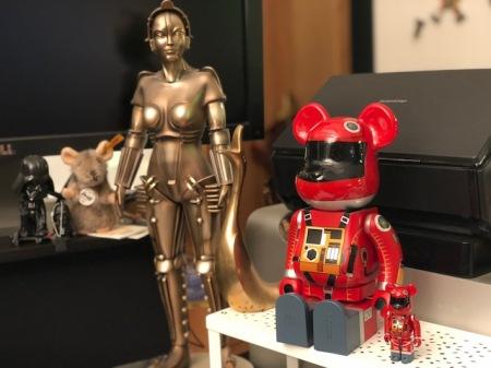 Meine 2001-Bearbrick-Bären stehen neben Maria aus Metropolis.
