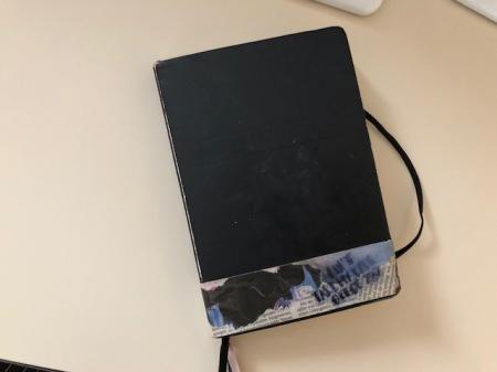 So unscheinbar sieht das Notizbuch von Edda aus. Darin sind Kunstwerke enthalten.