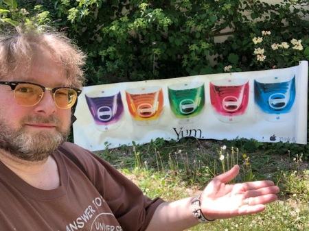 20 Jahre iMac - hier bin ich mit meinem Yum-Poster.