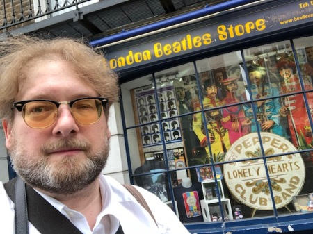 Beatles Fan vor dem Beatles Laden in London.