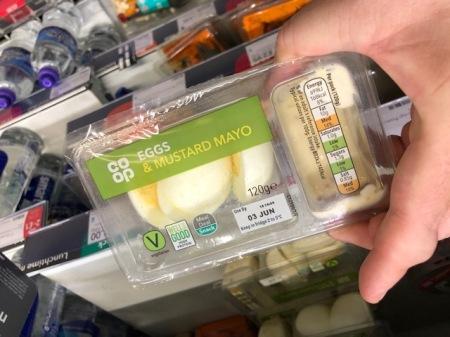 Ei ohne Schale aber mit Plastikverpackung - aus einem englischen Supermarkt.