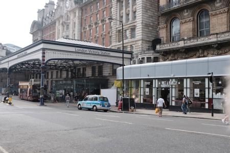 Die Busse zu Harry Potter fahren hinter der Victoria Station ab.