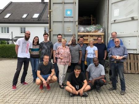 Ehrenamtliche Arbeit: Togohilfe Maisach und GoogleServe arbeiten Hand in Hand beim Beladen eines Containers für Togo.