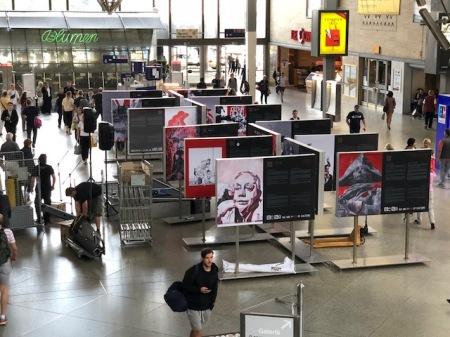 Die Ausstellung ist in der Mittelhalle des Hauptbahnhofs zu finden.