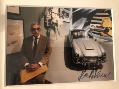 Sir Ken Adam mit dem Aston Martin DB5 - das Autogramm hängt in meinem Arbeitszimmer.