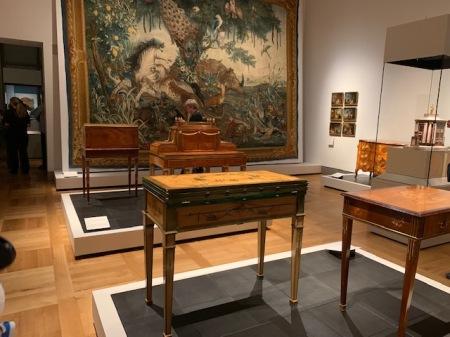 Toller Saal mit historischen Möbeln im Bayerischen Nationalmuseum.