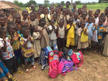 Margret Kopp verteilt die Schultasche in Togo. Foto: Togohilfe