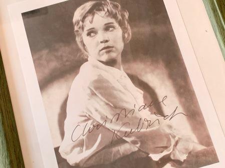 Christiane Kubrick, damals noch Harlan, auf einem Foto aus dem Film samt Autogramm.
