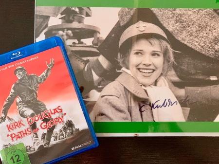 Die neu erschienene Bluray von Wege zum Ruhm neben einem Autogramm von Christiane Kubrick.