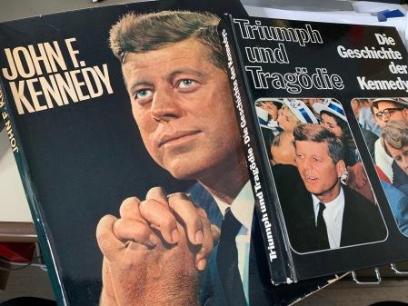 Zwei von vielen Bücher über Kennedy.