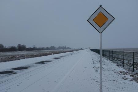 Fußgänger und Radfahrer haben Vorfahrt auf der Südumgehung von Maisach - zumindest zwei Tage lang.