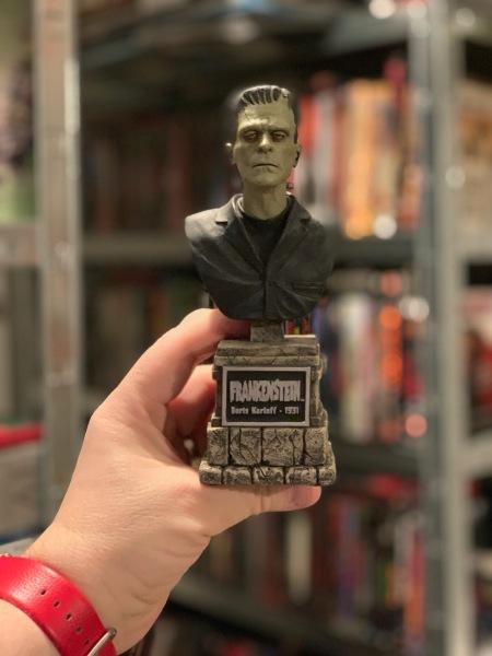Boris Karloff ist Frankenstein.