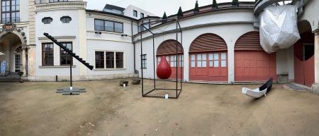 Holzinstallationen im Innenhof des Künstlerhauses München.