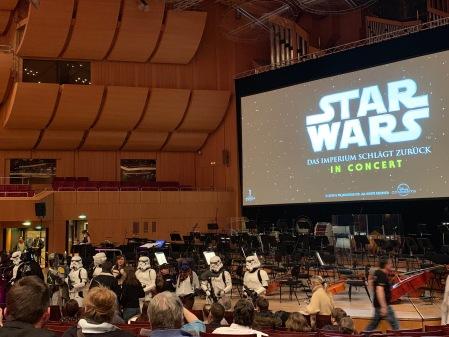 Vor dem Konzert noch ein Fototermin vor der Bühne.