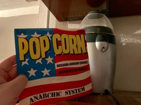 Popcornmaschine und Popcon-Single.
