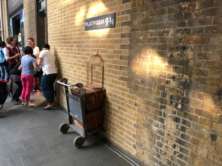 Harry Potter am Kings Cross an der berühmten Plattform.