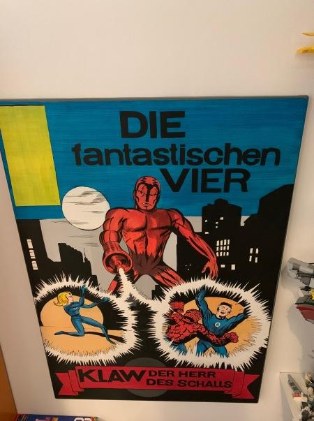 Hier das Bild einer Berliner Künstlerin, deren Name ich leider vergessen habe. Das Bild hängt auf dem Weg in mein Arbeitszimmer.