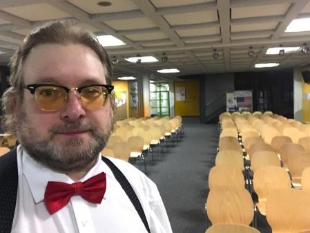 Ich halte dreimal die Woche Vorträge an deutschen Schulen.