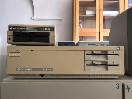 Humor: Alte Rechner an einer Schule im Archiv.