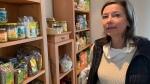 Marika Bange vor den vegetarischen Lebensmitteln in ihrer Kochschule.