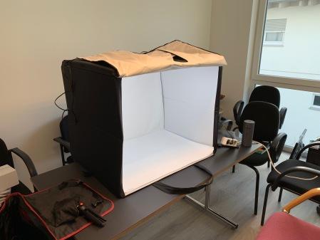 Das Fotostudio ist schnell aufgebaut.