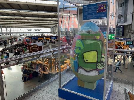 Smurfnob zu Ostern am Hauptbahnhof München.
