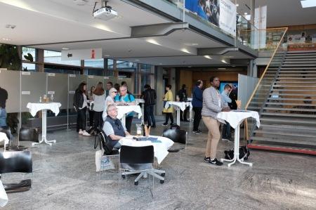 Wenig Besucher im Foyer des Landratsamtes Fürstenfeldbruck zur Wahlparty.